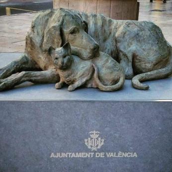 Ši skulptūra Valensijoje - paminklas visiems gyvūnams, kurie neteko šeimininko globos, šilumos ir meilės.