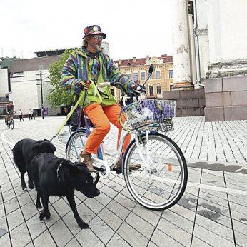 Spalvingasis Kauno dviratininkas paaiškino, ką su juo veikia tiek šunų