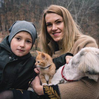 Šuniukų niekada neturėjusi kalytė maitina kačiuką: stebisi ne tik šeimininkė