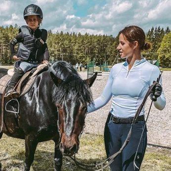 Tęsia šeimos tradiciją: Gretą jodinėti išmokė jos mama, ant žirgo sėda ir keturmetė dukra
