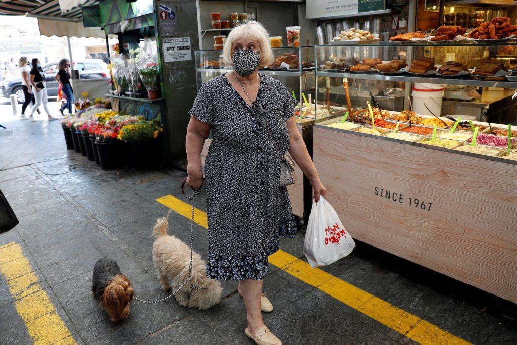 Išvedęs augintinį į lauką, žmogus privalo visą laiką dėvėti veido apsaugos priemones.