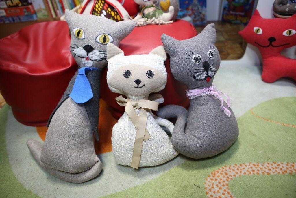 V.Kuršienė sakė, jog norint pasiūti katę reikia turėti kantrybės ir fantazijos, būti kruopščiam. M.Patašiaus nuotr.
