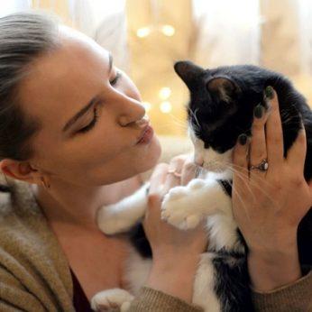 Kelių savaičių siaubingos būklės kačiuką rado šiukšlių konteineryje paženklino likimas ir ypatingas vardas